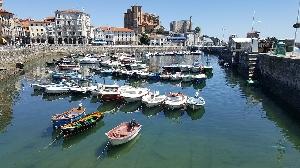 Vista de los barcos en las aguas de Cantabria