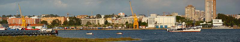 Panorámica de Huelva desde la ría, en Marismas del Odiel