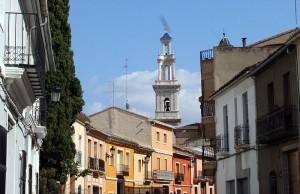 """Vista del campanario de La Parroquia desde la calle """"Les Parres"""""""